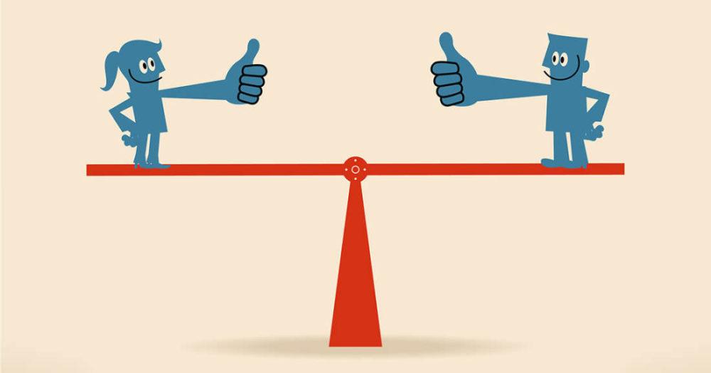 Egy mérleg két oldalán egy-egy ember, és a mérleg egyensúlyban.
