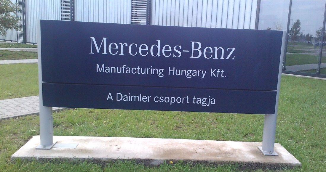 Mercedes-Benz tábla