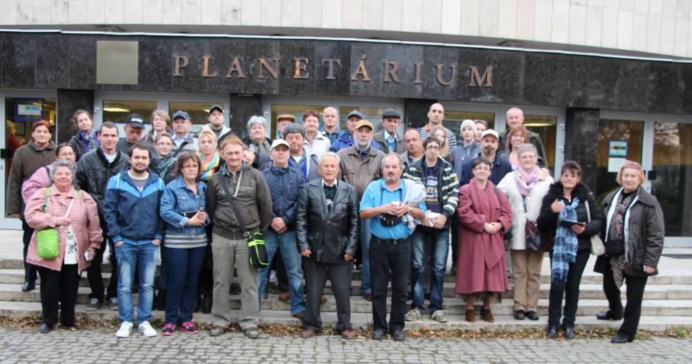 csoportkép a TIT Planetárium előtt