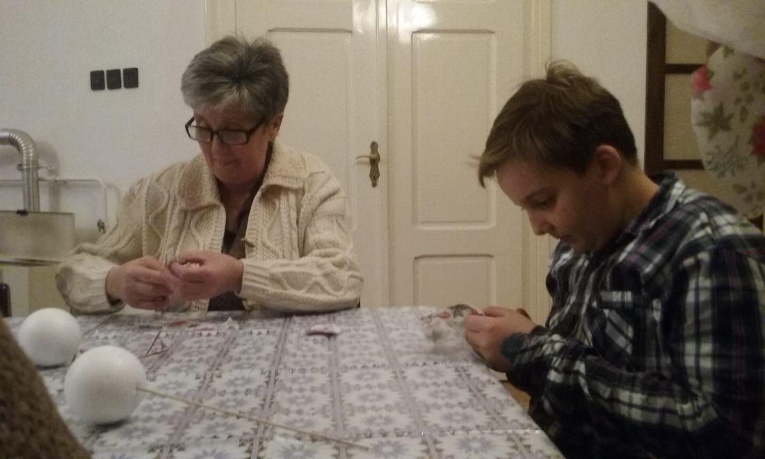 Nagymama az unokájával szalvétát vág