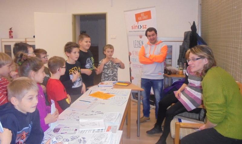 a gyerekek beszélgetnek a siket animátorral jelnyelvi tolmács segítségével