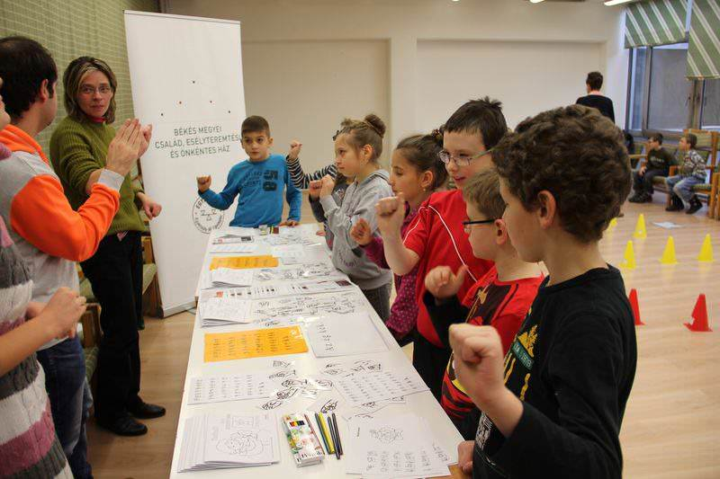 a gyerekek az animátorral együtt jelelnek