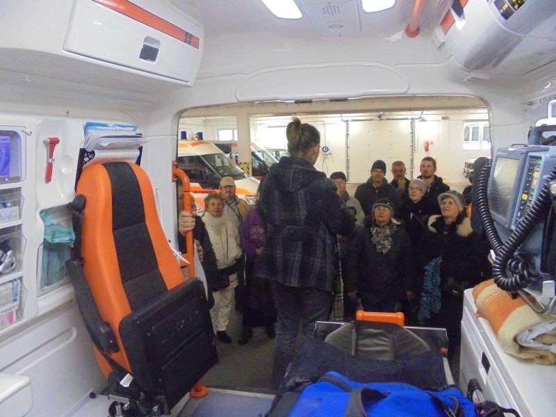 A jelnyelvi tolmács egy mentőautó belsejéből tolmácsol a tagoknak.