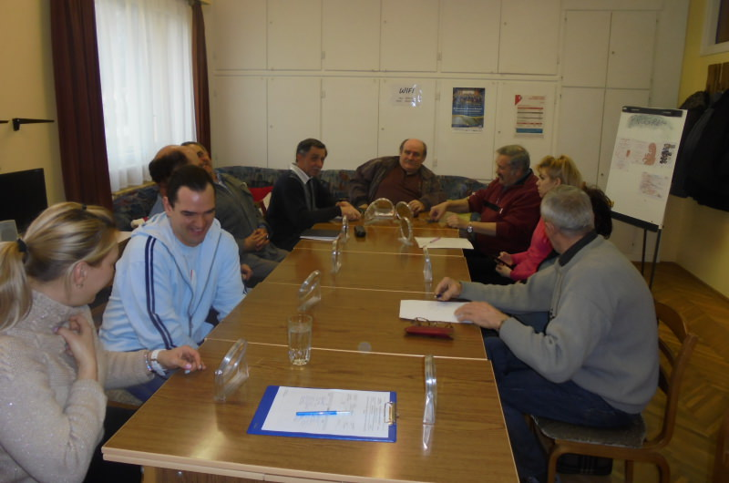 A tagok tükörben gyakorolják a szavak képzését
