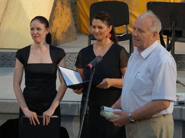 Dr. Bérczessy Lajos átveszi a díját