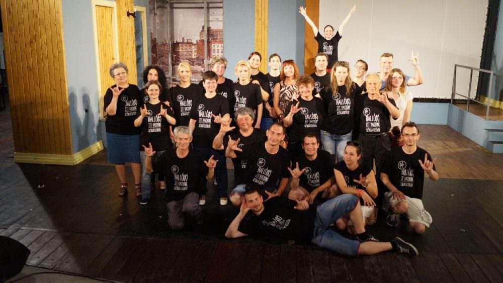 csoportkép a fellépőkről és közreműködőkről
