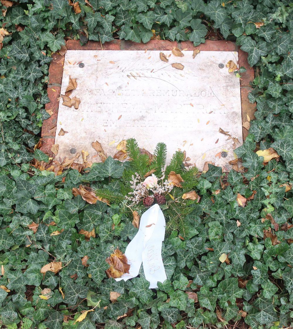 """""""A fasiszta rémuralom siketnéma mártírjai emlékezetére (1941-45)"""" - emléktábla a SINOSZ-székház kertjében (Bp., VI., Benczúr u. 21.)"""