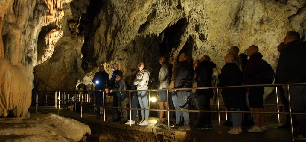 Baradla-barlang, Aggtelek - látogatók a cseppkőbarlangban